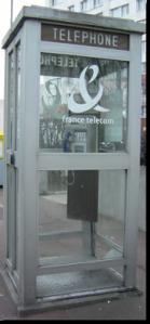 Französische Telefonzelle, die in berlin zur BücherboXX umgestaltet wird