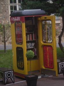 Unsere BücherboXX, die in Versailles, Frankreich vor dem Goethe-Institut steht.