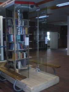 Gläserne Telefonzelle aus Frankreich wird BücherboXX in Berlin