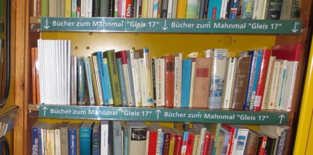 Themeniorientiertes Regal der BücherboXX am Gleis17