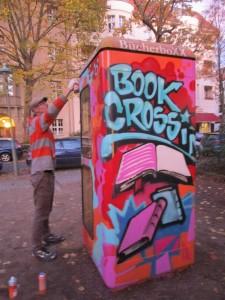 Der Künstler Joy Lohmann hübscht die BücherboXX auf