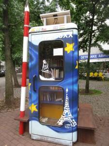 EuropaboXX I auf dem Leon-Jessel-Platz mit Schranke und neuer Bank