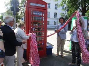 Einweihung der roten englischen Telefonzelle als BücherboXX