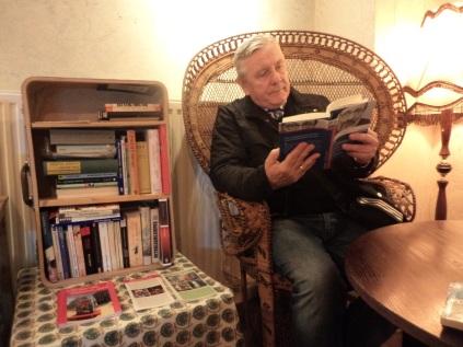 Erster Leser am Bücherkoffer