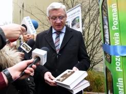 """Der Stadtpräsident Jacek Jaskowiak bringt das Buch """"Der Gesang der Fledermäuse"""" von Olga Tokarczuk mit für die BücherboXX. Foto: Stadtverwaltung Poznań"""