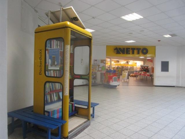 BücherboXX neben Netto im Foyer