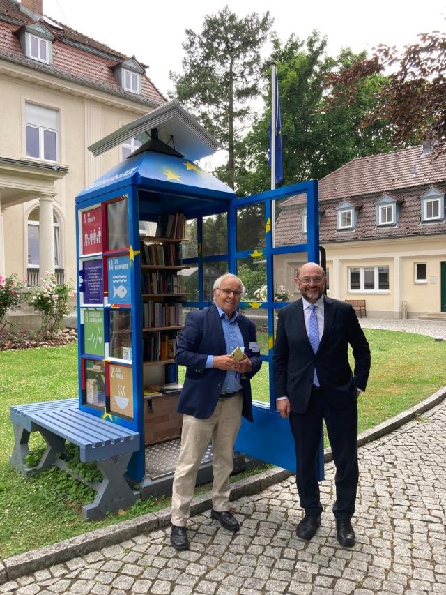 Martin Schulz (r) mit Konrad Kutt an der TRIO-BücherboXX  Foto: Dr. Christian Johann