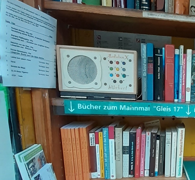 HörboXX über dem themenorientierten Bücherregal in der BücherboXX am Gleis17.